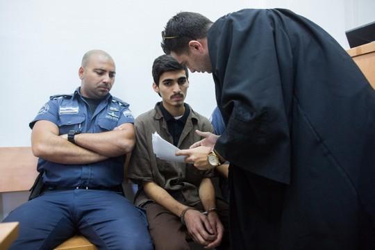 """פארס שריתח בן 19 מבית חנינא בדיון בבית המשפט המחוזי בירושלים. שריתח הואשם בחברות בהתאחדות בלתי מוכרת לאחר שניסה להיכנס לסוריה דרך הגבול התורכי כדי להצטרף לדאע""""ש. הוא לא הצליח לעבר את הגבול מאחר ודרכונו לא היה בתוקף, חזר לישראל ונעצר בשדה התעופה. (יונתן סינדל/פלאש90)"""