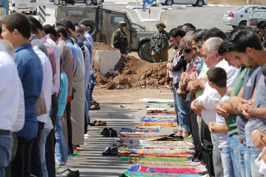 תושבי ביתא בתפילת מחאה מול תלוליות העפר שהקימה ישראל בכניסה לכפר ופוגעת בחופש התנועה של עשרות אלפי בני אדם. 23 בספטמבר 2016