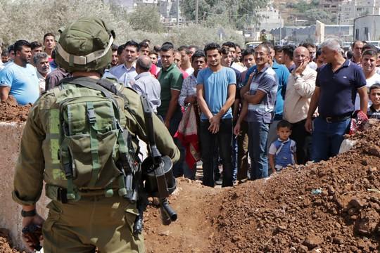 עשרות מתושבי ביתא מול תלוליות העפר שהקימה ישראל בכניסה לכפר ופוגעת בחופש התנועה של עשרות אלפי בני אדם. 23 בספטמבר 2016