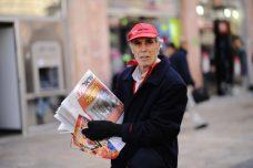 מחלק עיתוני ישראל היום בפעולה (מנדי הכטמן/פלאש90)