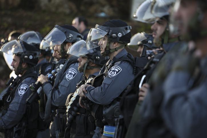 """שוטרי יס""""מ חמושים בכניסה לכפר כנא בזמן הפגנות לאחר ששוטרים ירו למוות בתושב הכפר שניסה לתקוף אותם ואז ברח, 2014 (הדס פרוש / פלאש90)"""