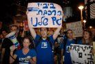 פעילי מרצ ומפלגות אחרות מפגינים בתחנת רכבת מרכז בעקבות ביטול עבודות הרכבת בשבת. אבל האם הם באמת בעד הפרדת הדת מהמדינה? (תומר נויברג/פלאש90)
