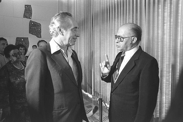 """מנחם בגין עם שמעון פרס, 1981 (נינו הרמן, לע""""מ)"""