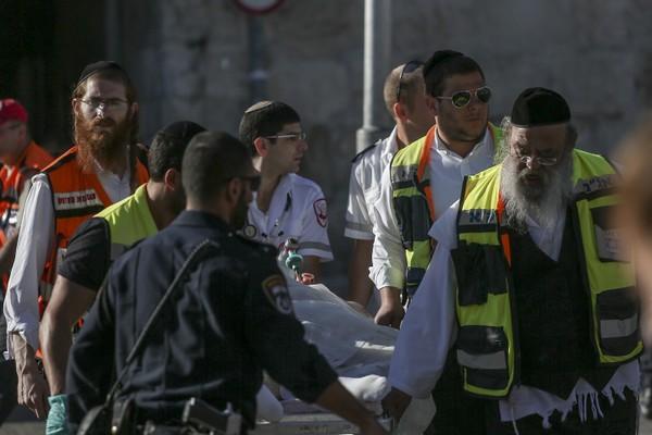 כוחות הצלה בזירת הדקירה ליד שער הפרחים, ירושלים. שוטר נפצעה קשה מאוד, שוטר נפצע בינוני, והתוקף נורה ונפצע קשה (יונתן סינדל / פלאש90)