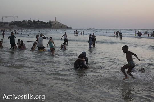 פלסטינים מהגדה המערבית מבלים את חג עיד אל אדחא בחוף הים מצפון ליפו. 14 בספטמבר 2016. ישראל חילקה מאה אלף אישורי כניסה לפלסטינים לכבוד החג (אורן זיו/אקטיבסטילס).