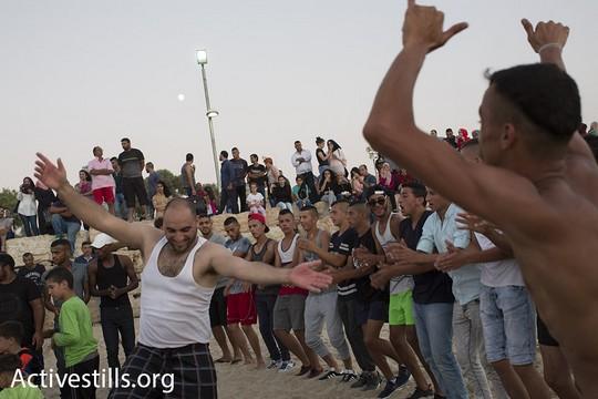 צעירים פלסטינים רוקדים דבקה על החוף מצפון ליפו. 14 בספטמבר 2016. (אורן זיו/אקטיבסטילס).