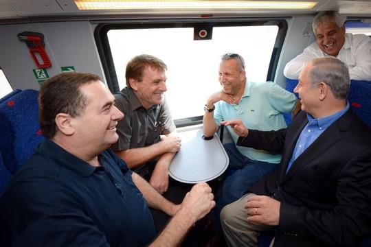 """ראש הממשלה נתניהו והשר כ""""ץ וחברים, בימים טובים ומחויכים יותר ברכבת (חיים צח/לע""""מ)"""