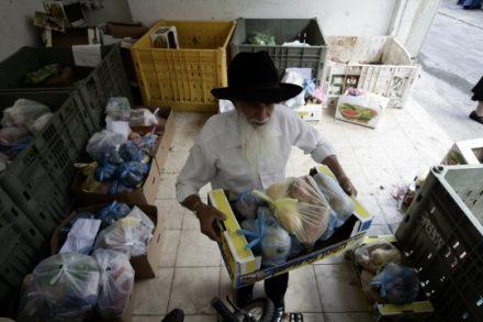 חבילות מזון לראש השנה, 2009 (אביר סולטן / פלאש90)