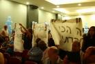 מפגינות מפריעות לנאום של משה כחלון באירוע ראש השנה של המפלגה (צילום מסך, חיים שוורצנברג)