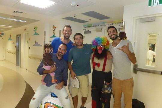 דוד מזרחי (שמאל) עם קבוצת מהפכה של שמחה בבית החולים הרצוג