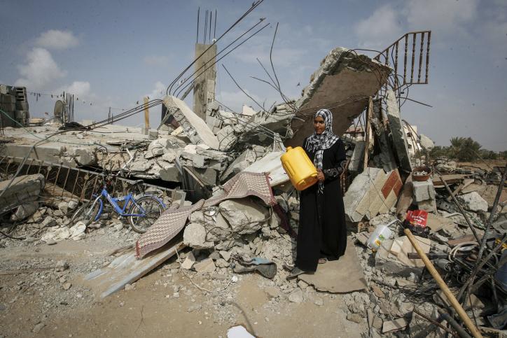 אישה בהריסות ביתה באזור חאן יונס, 2014 (עבד רחמים חטיב / פלאש90)