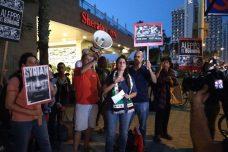 """משמרת מחאה מול שגרירות רוסיה: """"דמוקרטיה לא עוצרים עם הפצצות ומטוסים"""""""