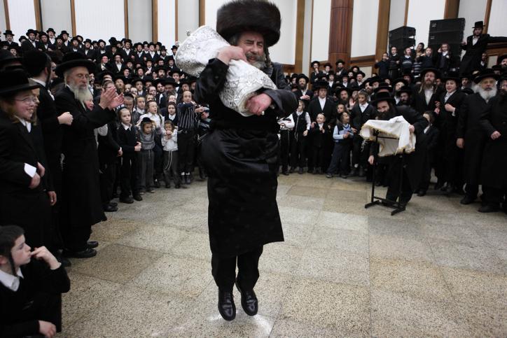 הכנסת ספר תורה לבית כנסת חסידי (יעקב נאומי / פלאש90)