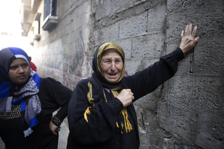 קרובות משפחה של בן 13 שנורה למוות בהפגנה ליד הגדר, עזה (עבד רחמים חטיב / פלאש90)