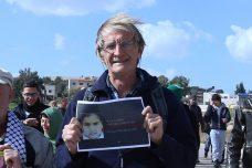 שוברט בהפגנה בנבי סאלח אוחז בתמונתה של הילדה מאלכ אל-חטיב בת ה-14 בקריאה לשחרורה מהכלא הישראלי (צילום: חיים שוורצנברג)
