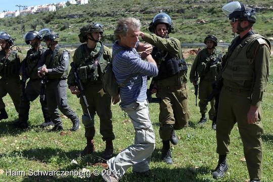 שוברט חוטף מחיילים בהפגנה בנבי סאלח.(צילום: חיים שוורצנברג)