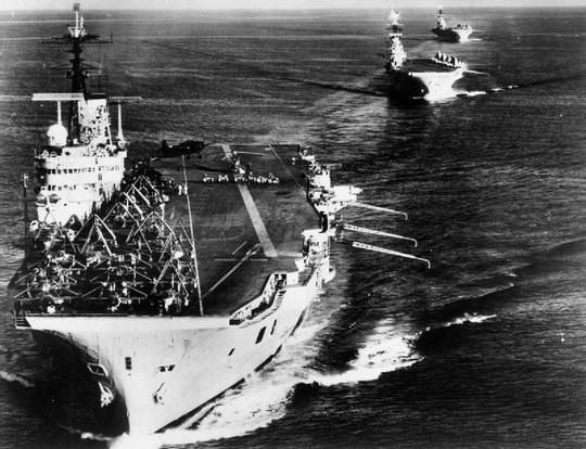 נושאות מטוסים בריטיות בדרך לחצי האי סיני, 1956 (מוזיאון המלחמה האימפריאלי הבריטי)
