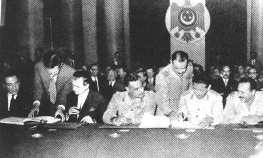 גמאל עבד אל-נאצר חותם על הסכם לנסיגת הבריטים בסוף מלחמת סיני, 1956