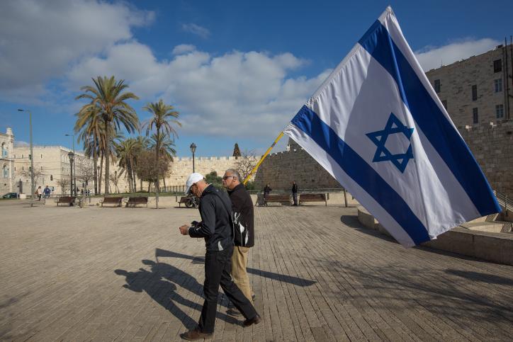 איש עם דגל ישראל, ירושלים (אילוסטרציה: נתי שוחט / פלאש90)
