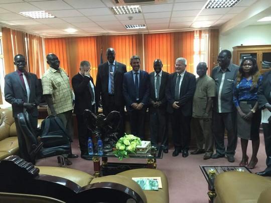 """התמונה שח""""כ תמר זנדברג פרסמה. האלוף במיל' ישראל זיו לצד שרי הבטחון והחקלאות של דרום סודאן. מצד שמאל מסתיר את פניו - עמנואל רוזן (צילום: משרד החקלאות הדרום סודאני)"""