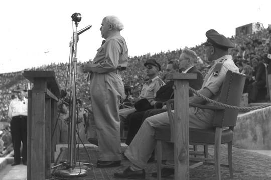 דוד בן גוריון ביום העצמאות 1955. לצדו משה דיין (משה פרידן, אוסף התצלומים הלאומי)