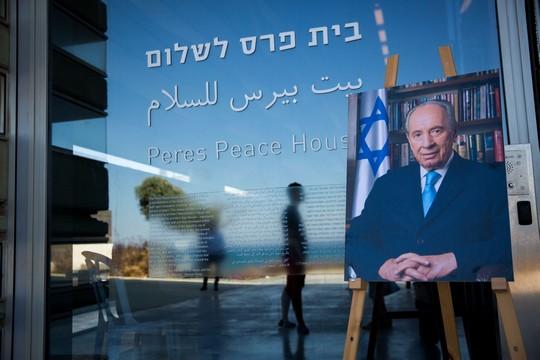 מורשתו של פרס - לדבר גבוהה גבוהה אך להעמיד את עצמך בפני מכונת המלחמה הישראלית המחסלת כל איום על הכיבוש, ראויה שתעקר (מרים אלסטר/פלאש90)