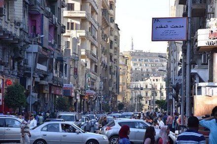 """""""אנחנו צופים בטלוויזיה ורואים ששם מצרים היא וינה. אבל אנחנו יורדים לרחוב ומגלים שהיא הפכה לבת דודה של סומליה"""". רחובו בקהיר (צילום: MusikAnimal ויקימדיה CC BY-SA 4.0)"""