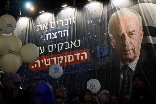 מי באמת כבר איננו רלוונטי היום? עצרת לציון 20 שנה לרצח רבין (מרים אלסטר/פלאש90)