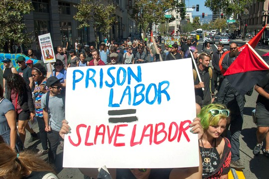 אוקלנד. הפגנת תמיכה בשביתת האסירים ובקריאה להפסקת העבדות בבתי הכלא (צילום: בראדלי אלן)