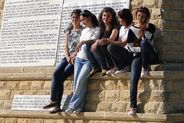 עליה דרמטית במספר ההטרדות המיניות נגד בהירות עיניים ושיער. צעירות באיסטנבול (צילום: Adam Jones פליקר CC BY-SA 2.0)