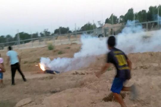 פצצת תאורה פגעה בראשו של עבד א-רחמאן א-דבאר והרגה אותו. בתמונה ניתן לראות את גופו השכוב של הנער (צילום מסך מסרטון DCI)