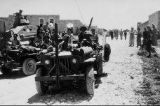 """ממשל צבאי ואלים. חיילי צה""""ל בפאתי כפר קאסם ב-1949 (צילום: לשכת העיתונות הממשלתית)"""