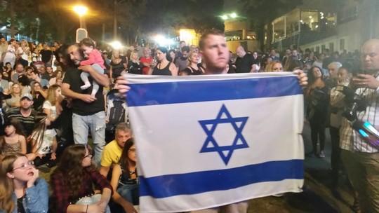 בסופו של דבר האיומים לא הועילו. דגל ישראל בהופעתו של תאמר נפאר בחיפה (צילום: מחאסן נאסר/כל אל ערב)