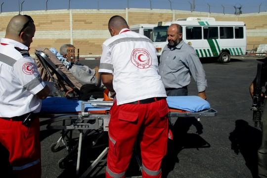 חולה מועבר בין אמבולנסים במחסום קלנדיה (תמר פליישמן)