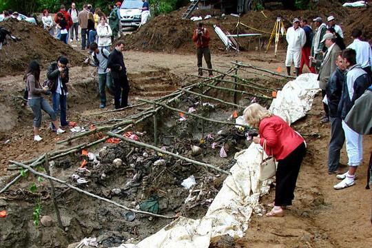 קבר אחים, הטבח בסברניקה. צילום: Adam Jones