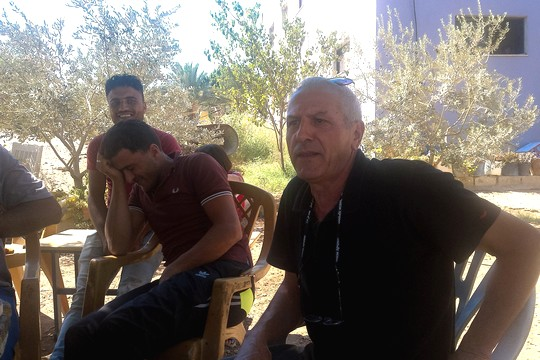 איברהים זועבי מריץ זכרונות מימים אחרים. הכפר ברדלה (צילום: בסאם אלמוהור)