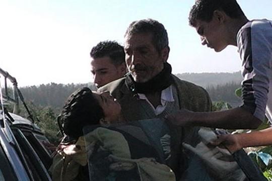 סמיר עוואד מפונה לאוטו לאחר שנורה בעורפו. בודרוס, ינואר 2013 (עבד א-נאסר מוראר, בצלם)
