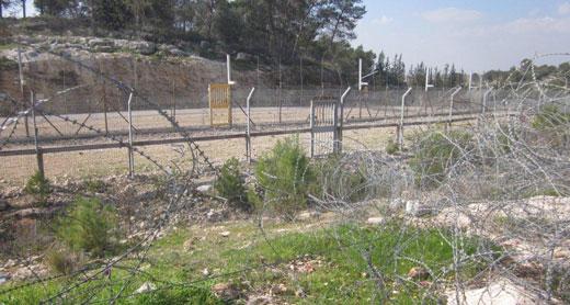 כמה שלבים של גדר. סמיר עוואד נתקע ביניהם ונורה למוות בעודו פצוע. (נעמי בצר, בצלם)