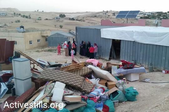 התכולה של בית בכפר אום אל-חיראן, לאחר שתושבים נערכו להריסות שלא קרו (קרן מנור / אקטיבסטילס)