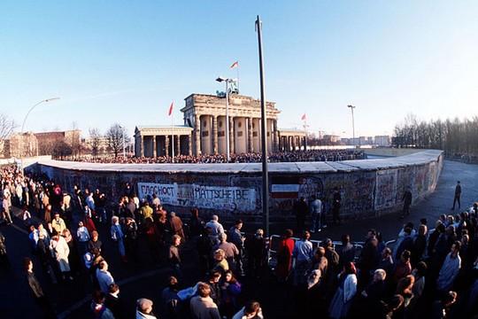 שער ברנדנבורג ולידו חומת ברלין, שבשלבי פירוק. דצמבר 1989 (משרד ההגנה האמריקאי)