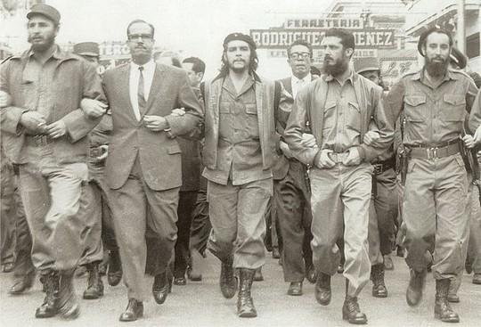 פידל קסטרו (שמאל) וצ'ה גווארה (באמצע) צועדים בהוואנה, 1960 (מוזיאון צ'ה גווארה)