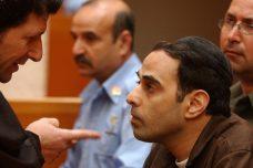 אין לו ערך לדמוקרטיה או למדינת ישראל החילונית, ההמנון וסמליה. יגאל עמיר עם עורך דינו בבית המשפט העליון, 7 במרץ 2005 (פלאש90)