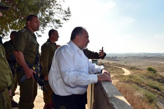 המקלות והגזרים של ליברמן. שר הביטחון בסיור בגבול עזה, יולי 2016 (אריאל חרמוני/משרד הביטחון)