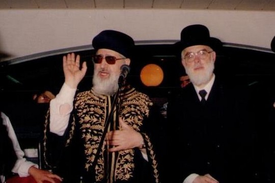 הרב גבריאל טולדנו בצילום נדיר עם הרב עובדיה יוסף, שלימים הפך ליריבו הפוליטי בשאלת הנהגת תלמידי הישיבות המזרחים (צילום באדיבות ארכיון 'בחדרי חרדים')