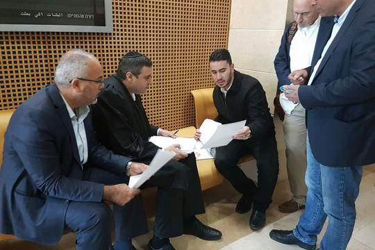 עורכי דינו של אנאס אבו דאעבס ואנשי הרשימה המשותפת מחוץ לדיון בבית המשפט באר שבע (צילום: דוברות הרשימה המשותפת)
