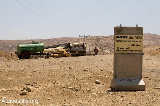 בשנת 2009 הציב הצבא עשרות קוביות בטון המכריזות על שטח אש אשר הכניסה אליו אסורה בכניסה לאזורי המגורים של קהילות רועים בבקעה. 18 ביוני 2009. (קרן מנור/אקטיבסטילס)