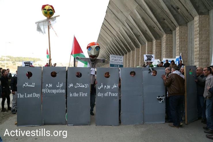 הפגנה משותפת במחסום המנהרות לציון שנה של מחאה לא אלימה (קרן מנור / אקטיבסטילס)