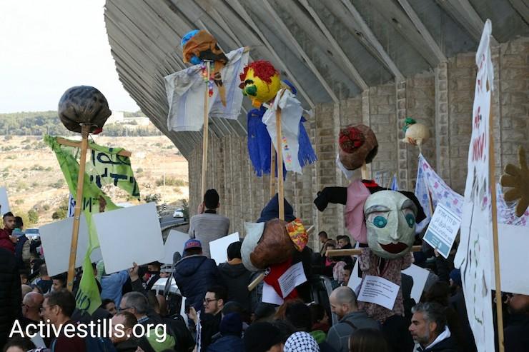 """בובות מחאה של """"לוחמים לשלום"""" במחאה נגד הכיבוש לאורך כביש 60 (קרן מנור / אקטיבסטילס)"""