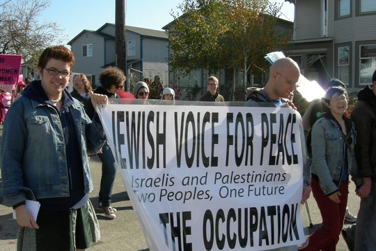 """""""אנחנו מזועזעים מהעובדה שבנק גרמני מאשים אותנו, יהודים וישראלים, בכך שאנחנו מתנגדים לזכות קיומה של ישראל"""". הפגנת חברי קול יהודי לשלום, סיאטל, אוקטובר 2007 (צילום:CC BY-SA 3.0 Joe Mabel)"""