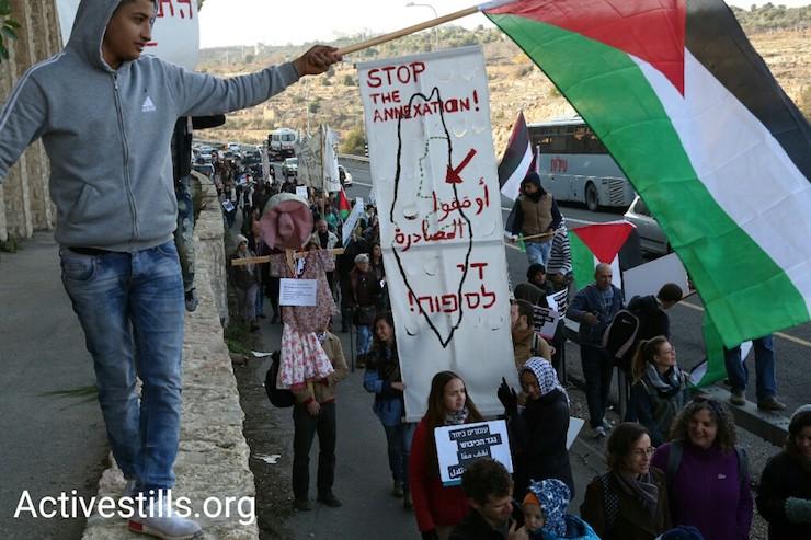 שלט נגד חוק ההסדרה בהפגנה משותפת לאורך כביש 60 (קרן מנור / אקטיבסטילס)